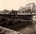Beschädigte Brücke und Gebäude in Frankreich 1940.jpg