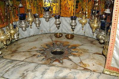 النجمة الفضية، تحت المذبح في مغارة المهد، وتمثل وفق المعتقدات المسيحيَّة البقعة التي وُلد فيها يسوع.