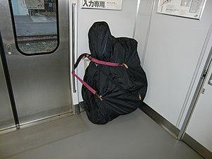 自転車の 自転車 輪行箱 : 輪行袋を使用した移動の例。