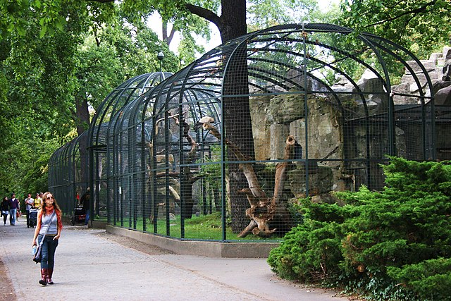 http://upload.wikimedia.org/wikipedia/commons/thumb/5/5b/Bird_Cages_Berlin_Zoo.JPG/640px-Bird_Cages_Berlin_Zoo.JPG