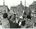 Britiske panserstyrker passerer Rådhuspladsen ved deres ankomst til København efter befrielsen (7392787488).jpg