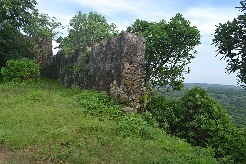 File:Broken walls of Vijay Garh Fort.jpg