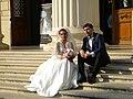 Bucuresti, Romania. ATHENEUL ROMAN. Doi tineri casatoriti pe treptele Atheneului Roman. (B-II-m-A-18789).jpg