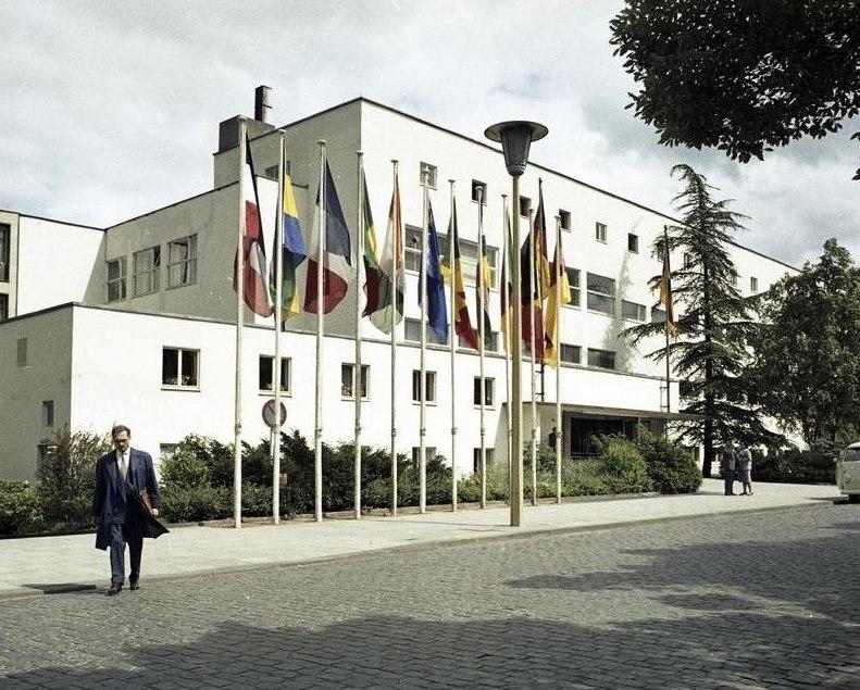 Bundesarchiv B 145 Bild-F010479-0006, Bonn, Bundeshaus mit Fahnen