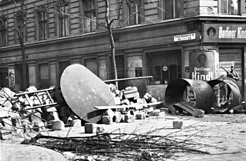 Bundesarchiv B 145 Bild-P046278, Berlin, Blutmai, Straßenbarrikade