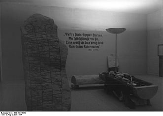 """Stone of Eric - Image: Bundesarchiv Bild 102 15753, Ausstellung """"Deutsches Volk Deutsche Arbeit"""""""