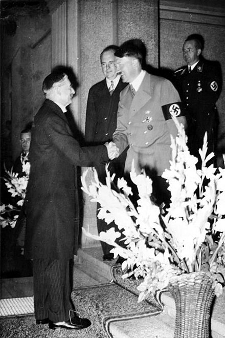 British Prime Minister Neville Chamberlain and Hitler at a meeting in Germany on 24 September 1938, where Hitler demanded annexation of Czech border areas without delay Bundesarchiv Bild 146-1976-063-32, Bad Godesberg, Munchener Abkommen, Vorbereitung.jpg