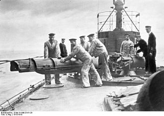 Launching a torpedo in 1915 during World War I Bundesarchiv DVM 10 Bild-23-61-28, Am Torpedorohr.jpg