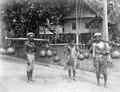 Byborna bär palmvin i kalebasser. Palmvinsförsäljare. Sulawesi. Indonesien - SMVK - 000379.tif