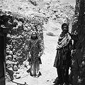 Córki miejscowego jubilera Muhammada Omara w obejściu - Tala-o-Barfak - 001508n.jpg