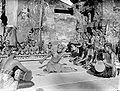 COLLECTIE TROPENMUSEUM Een Balinese danser danst de dans van de 'deugniet' en wordt hierbij begeleid door gamelanspelers TMnr 10004675.jpg