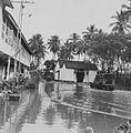COLLECTIE TROPENMUSEUM Een legertruck of vrachtwagen op een na een banjir of regen ondergelopen plein met ganzen TMnr 60044080.jpg