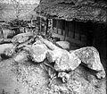 COLLECTIE TROPENMUSEUM Magische stenen voor een huis te Bitombang TMnr 10001124.jpg