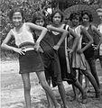 COLLECTIE TROPENMUSEUM Portret van een groep Indo-Europese meisjes op het strand bij Tjilintjing TMnr 60031702.jpg