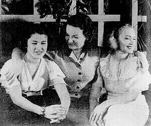 Estudantes - Carmen Miranda (center) and sisters Jeanette and Dulce Weyting.