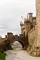 Castillo de Ponferrada ( vista de la rampa y la entrada ).jpg