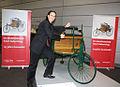Chako Habekost mit dem in Mannheim erfundenen Benz Patentwagen.jpg
