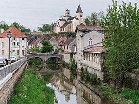 Le vieux pont sur la Seine et l'église Saint-Vorles.