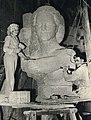Corinne Franzén-Heslenfeld (links) tijdens het kappen van het Verzetsmonument voor Utrecht (1949).jpg