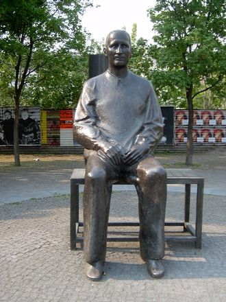 Bertolt Brecht - Statue of Brecht outside the Berliner Ensemble's theatre in Berlin