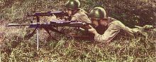 Soldat polonais s'entraînant à tirer avec un dpm. le second utilise