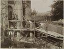 Deel gevel kasteel tijdens restauratie met mensen op de steigers - Vught - 20319181 - RCE