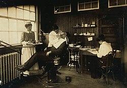 Istorija medicine 250px-DentistCambridgeHine1917