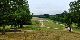 Photographie en couleurs d'un parc et de terrains de fouilles aménagés.