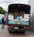 Descansando entre sacos en la Calle Maha Rat, Bangkok, Tailandia, 2013-08-22, DD 01.jpg