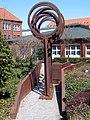 Die Luft, 1987-89 von H. J. Breuste, J. Viehmann und J. Stranninger geschaffene Skulptur vor dem damaligen Neubau Arbeitsamt Celle, Georg-Wilhelm-Straße 14.jpg