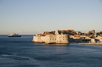 English: Dubrovnik old city and cruise ship.