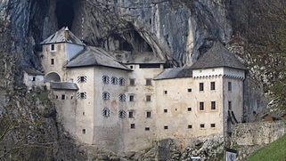 Castillo De Predjama Wikipedia La Enciclopedia Libre