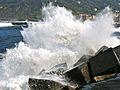 El mar estalla contra las rocas.jpg