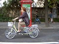 Un vélo électrique en Chine.  Ici, le pilote n'utilise pas les pédales.