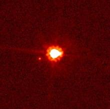 Eris (centrum) og Dysnomia (til venstre) på foto lavet af Hubble-rumteleskopet