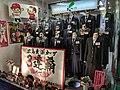"Etalage van winkel schooluniformen ""Kyōritsu"" op Hondōri-straat in Kamiyachō 2-chōme, Hiroshima, -17 oktober 2018.jpg"
