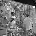 Etaleuse kleedt een etalagepop aan, Bestanddeelnr 254-0509.jpg