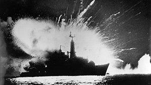 Explosión de la bomba en la fragata HMS Antelope.jpg