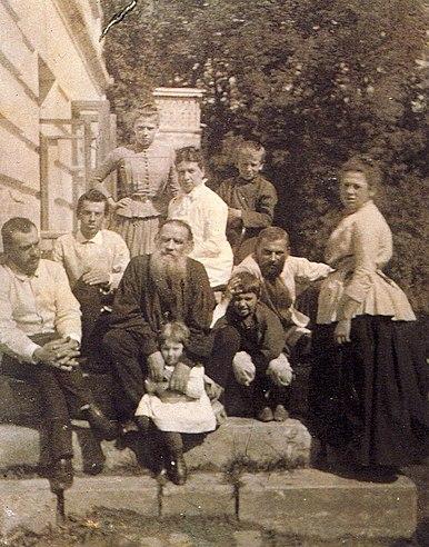 Л.Н.Толстой с женой и детьми. 1887 год