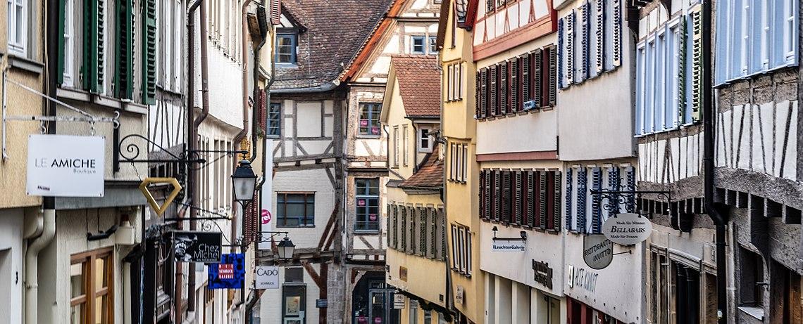 Fenster und Klappläden beider Häuserseiten der Marktgasse in Tübingen Blickrichtung Kornhausstraße 2019.jpg