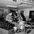 Flessen vullen bij wijnhandel Richard Scheid, Bestanddeelnr 254-4235.jpg