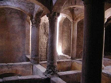 صورة من داخل إحدى المقابر