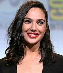 Strani compagni di letto - Pagina 11 220px-Gal_Gadot_cropped_lighting_corrected_2b