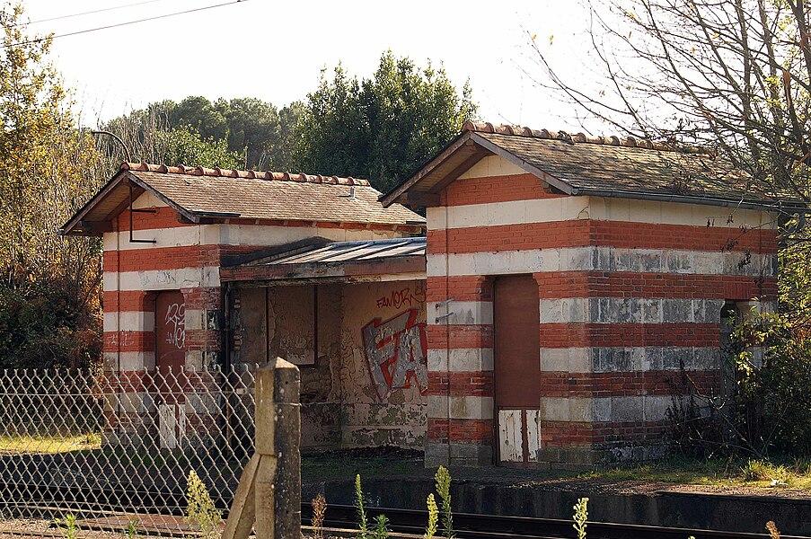 L'abri de quai d'origine, tagué, de l'ancienne gare de Saint-Jacut-les-Pins.