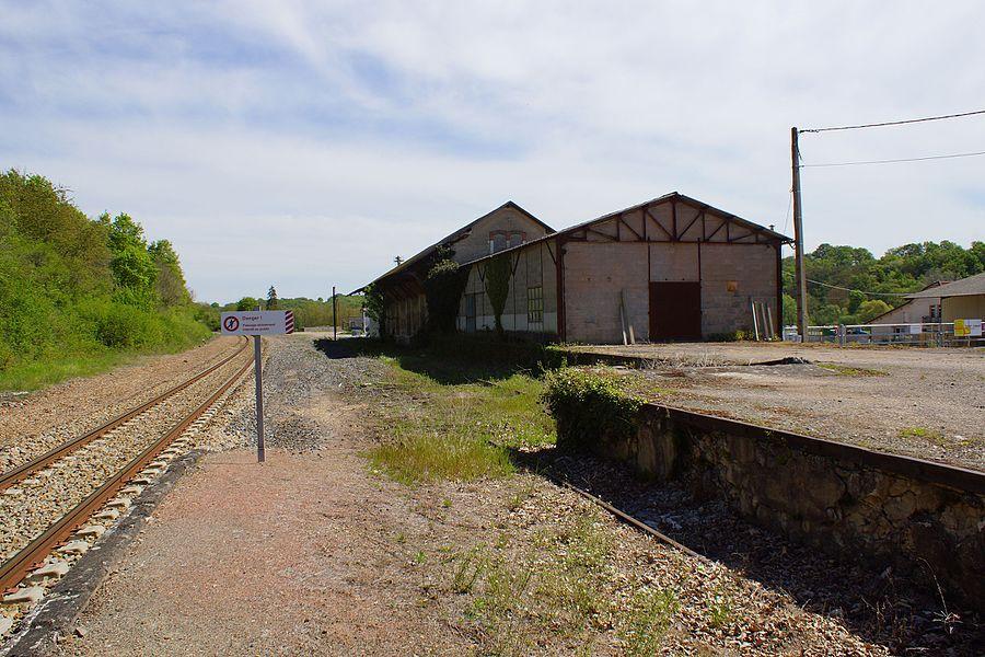 La ligne et les anciennes installations marchandises.