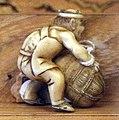 Giappone, periodo edo, netsuke (fermaglio per inroo), xix secolo, 012 uomo che porta una balla.jpg