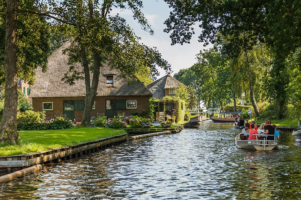 Giethoorn Netherlands Channels-and-houses-of-Giethoorn-06