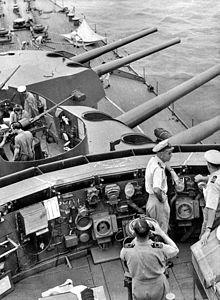 Il ponte e torrette di prua della HMAS Australia, nel settembre 1944. L'ufficiale a destra è il capitano Emile Dechaineux, ucciso durante il primo attacco kamikaze il 21 ottobre 1944.