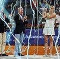 Higueras entrega el premio Mutua Madrid Open a Kvitova, la primera tenista tricampeona del torneo 02.jpg