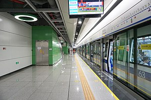 Huangmugang Station Platform 1 (revised).jpg